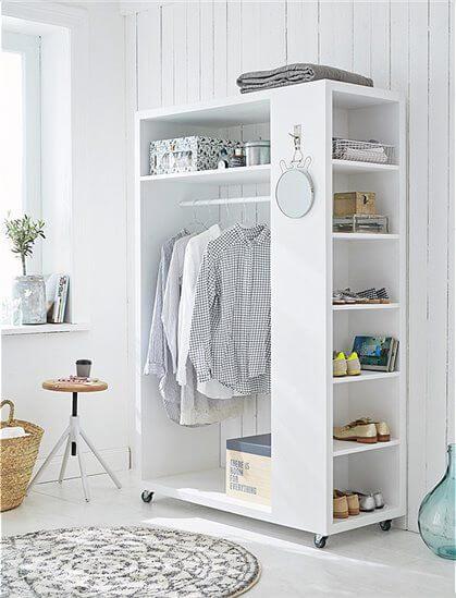 Guarda roupa infantil branco no quarto neutro