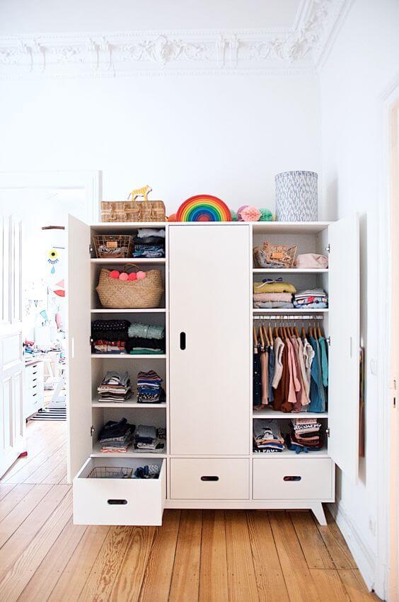 Guarda roupa infantil branco no quarto moderno