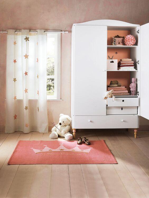 Guarda roupa infantil branco com tapete cor de rosa