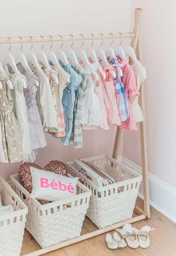 Aprenda como organizar guarda roupa infantil com caixas organizadoras
