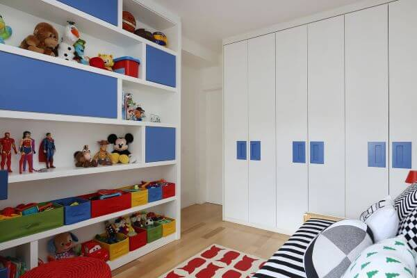 Guarda roupa infantil com estante colorida