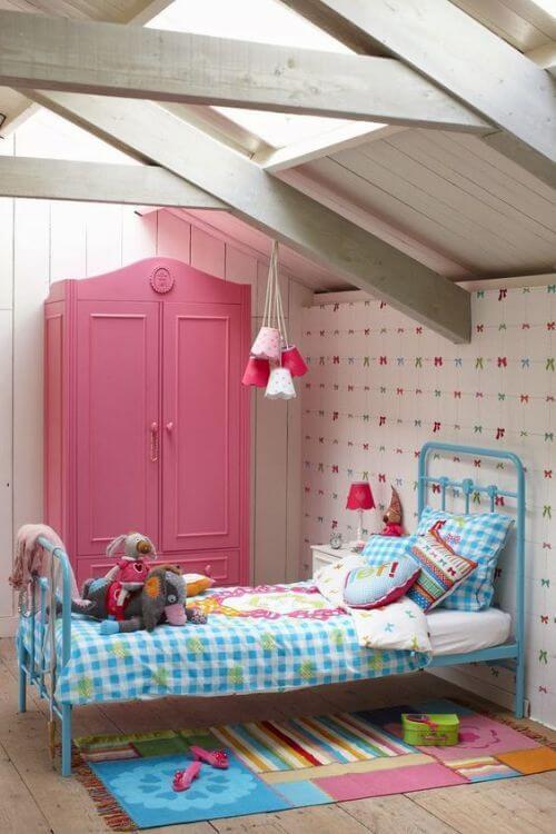 Guarda roupa infantil rosa com cama azul