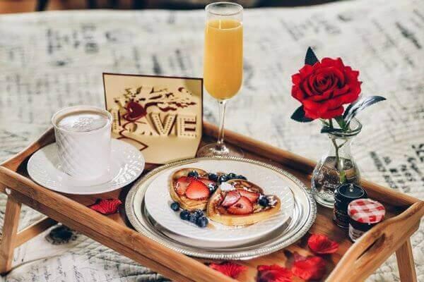 Café da manhã com decoração romântica simples