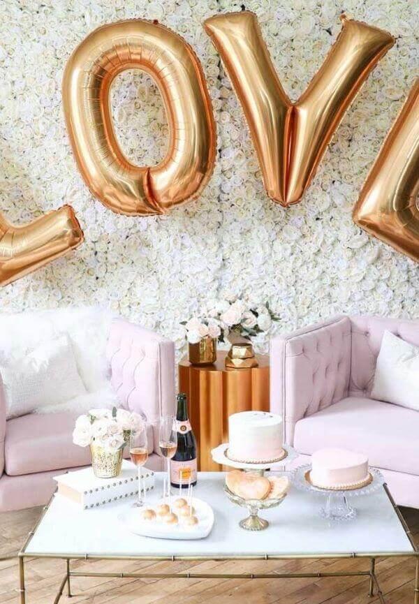 Dia dos namorados com decoração romântica e balões metalizados