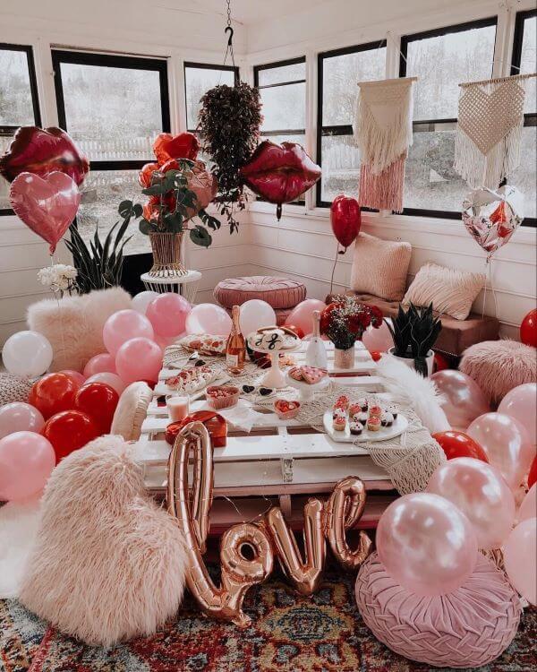 Casa com decoração romântica perfeita para surpreender