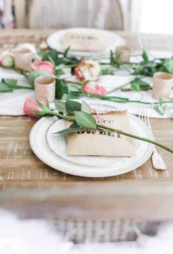 Use flores para compor uma decoração romântica