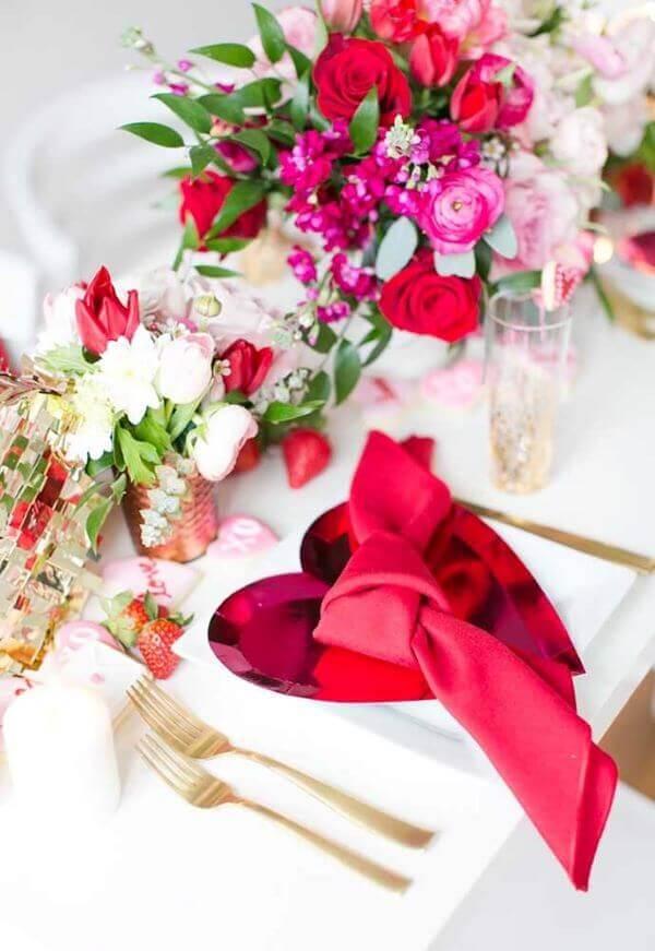Mesa de jantar com decoração romântica simples e linda