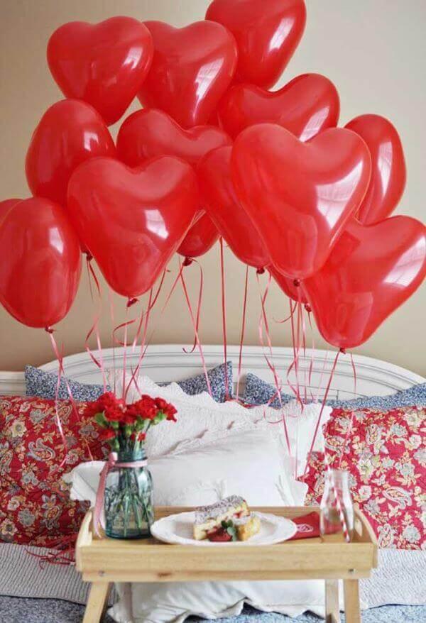 Decoração romântica para dia dos namorados no quarto com café da manhã na cama