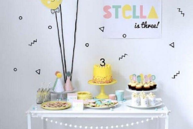 linda decoração para temas de mesversário simples com detalhes coloridos  Foto Catch My Party