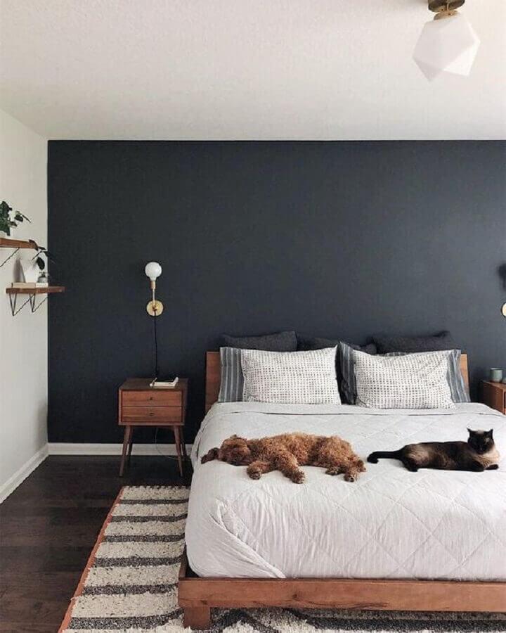 móveis de madeira para quarto de casal decorado com tinta cinza chumbo parede Foto Lova Homy