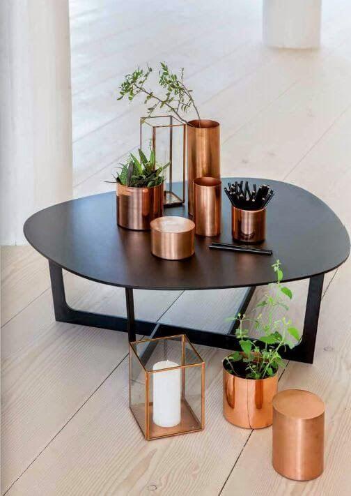 Mesa de centro decorada com vasos de flores
