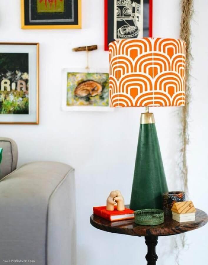 modelo de abajur com base verde e cúpula colorida Foto Histórias de Casa