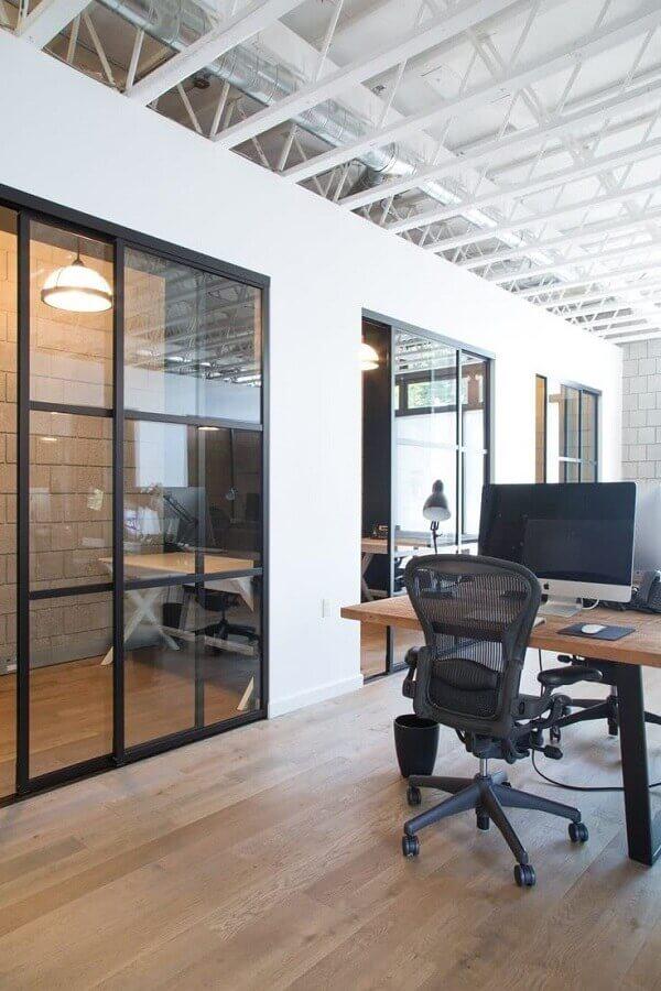 modelo de cadeira de escritório preta com rodinhas Foto Apartment Therapy