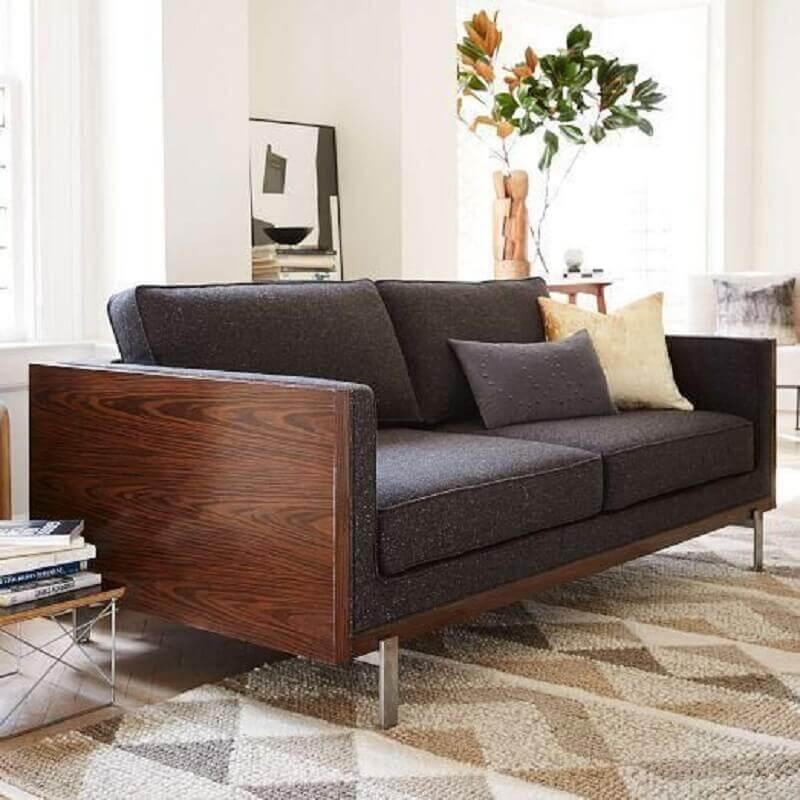 modelo de sofá cinza chumbo com estrutura de madeira Foto Revista VD