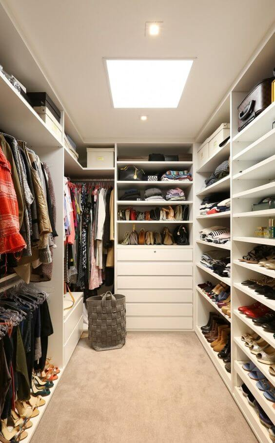 O cesto de roupa também pode ficar no closet