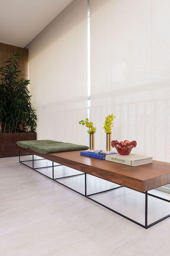 Móveis de ferro e madeira no aparador