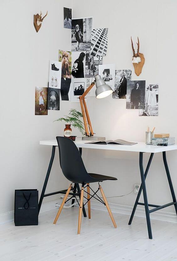Móveis de ferro e madeira na escrivaninha do escritório