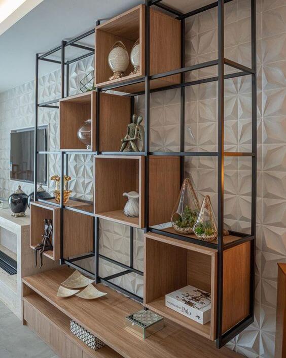 Móveis de ferro e madeira no painel da sala de estar