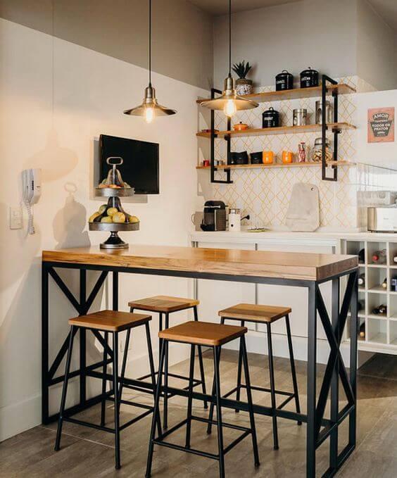 Cozinha com móveis de ferro na bancada e banquetas combinando