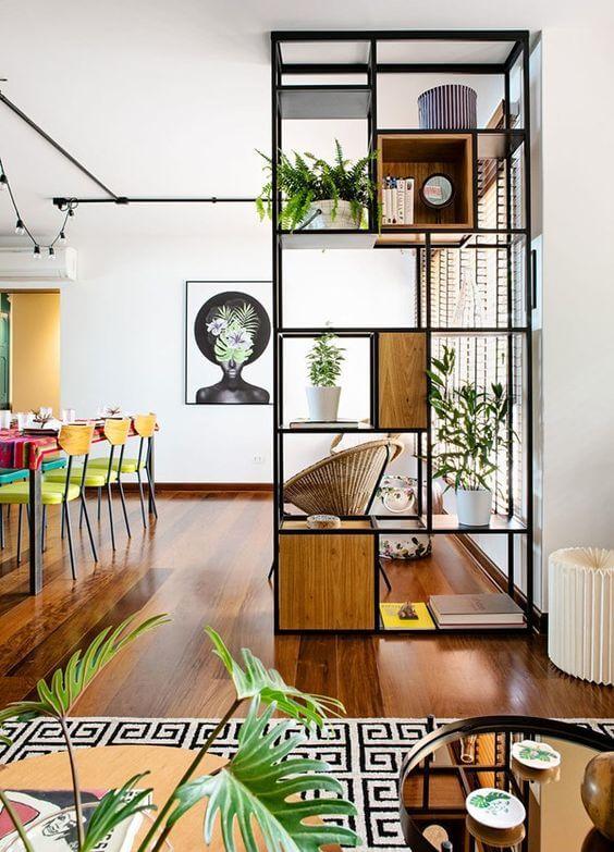 Não tem espaço no jardim? Então aposte na estante de ferro na sala e decore com plantas