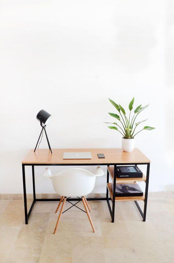 Móveis de ferro na escrivaninha clean