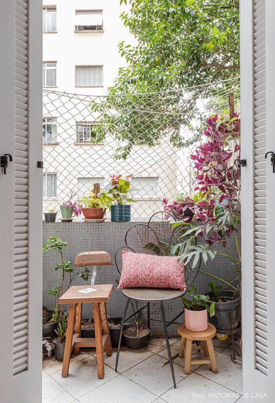 Móveis de ferro artesanal na varanda de casa pequena