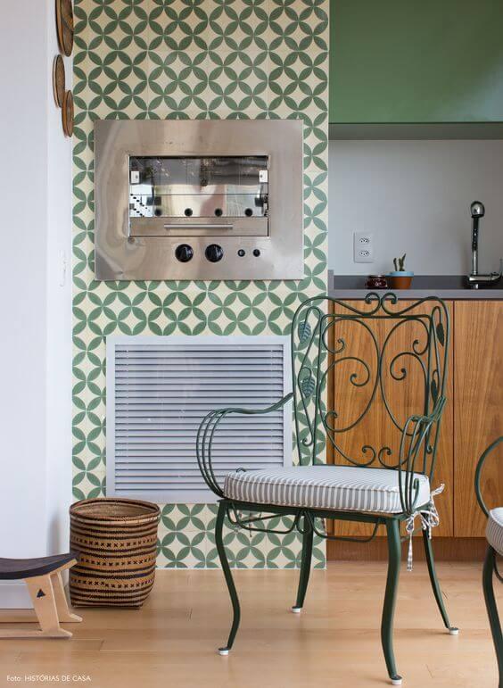 Cozinha com cadeiras de ferro combinando