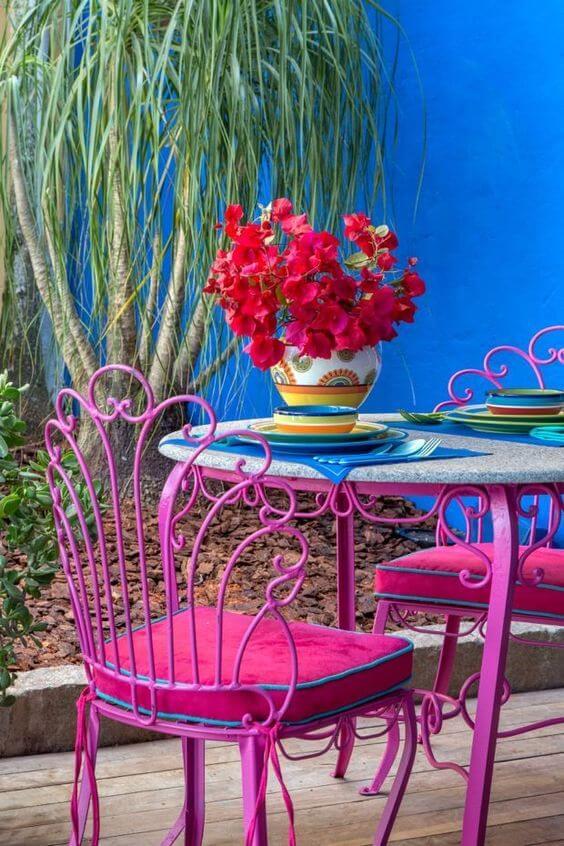 O jardim também pode contar com lindos móveis de ferro em tons vibrantes