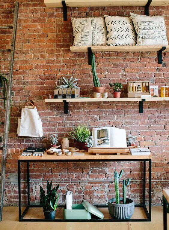 Móveis de ferro e madeira na sala de estar estilo industrial