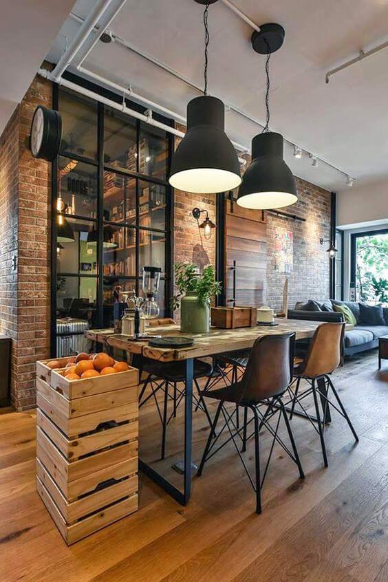 Móveis feitos de ferro e madeira na sala de jantar