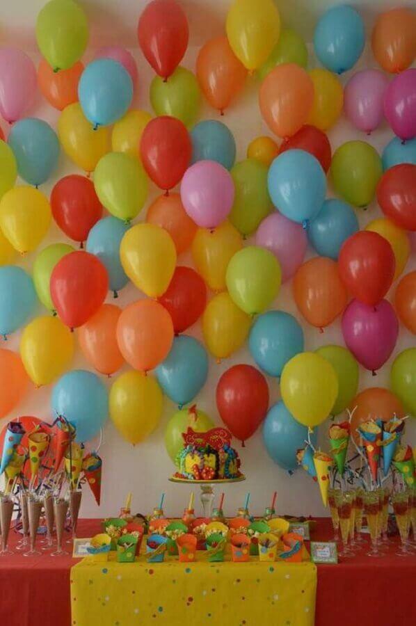 painel com balões coloridos para decoração de festa infantil simples Foto Catch My Party