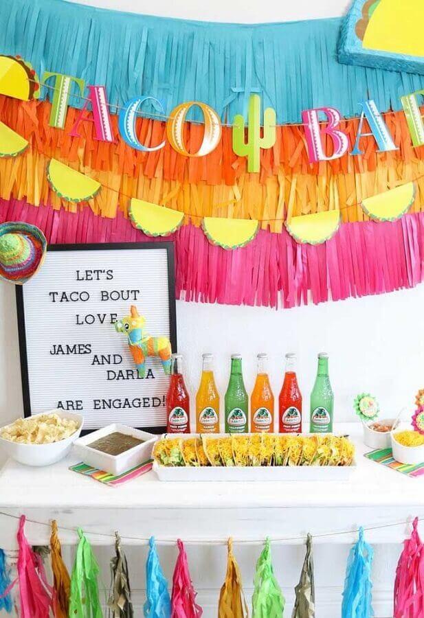 painel com fitas coloridas para festa mexicana Foto Kara's Party Ideas