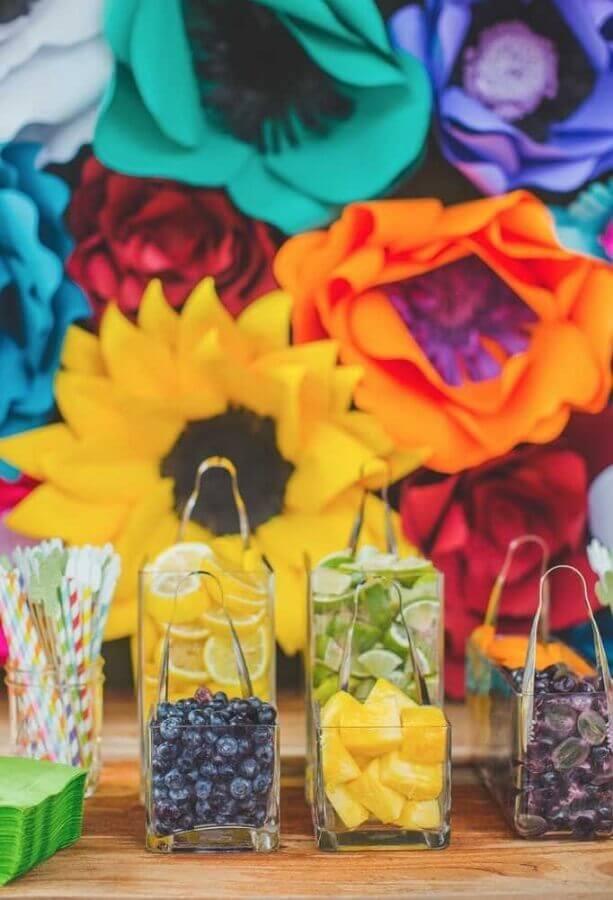 painel de flores de papel coloridas e jarros com frutas para festa mexicana Foto My Sweet Decor