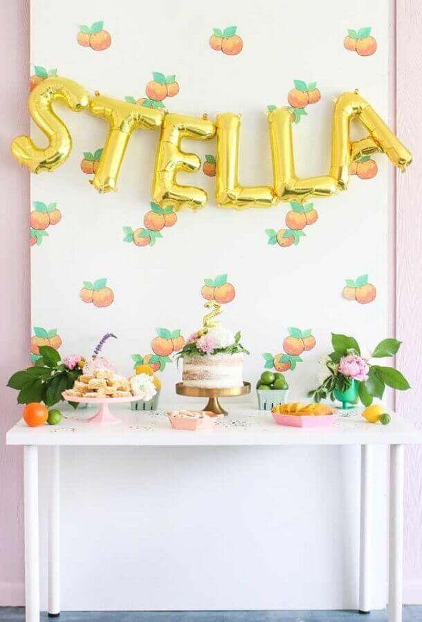 painel de pêssegos e balões de letras para decoração de festa infantil simples e barata Foto Pinterest