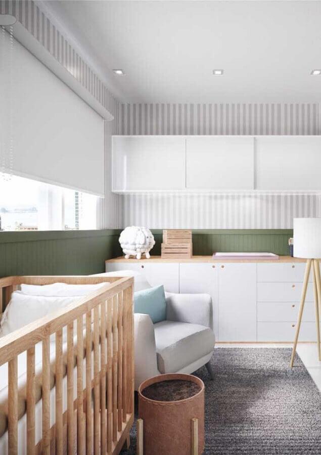 papel de parede listrado para quarto de bebê planejado simples com tapete cinza Foto Sou Mãe