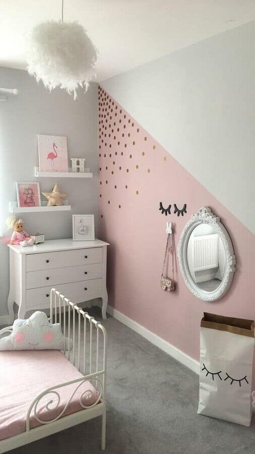 parede com pintura geométrica e adesivos de bolinhas douradas para decoração de quarto unicórnio Foto We Heart It