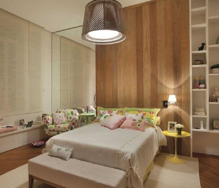 parede com revestimento de madeira para quarto de solteiro feminino planejado Foto Vivian Design