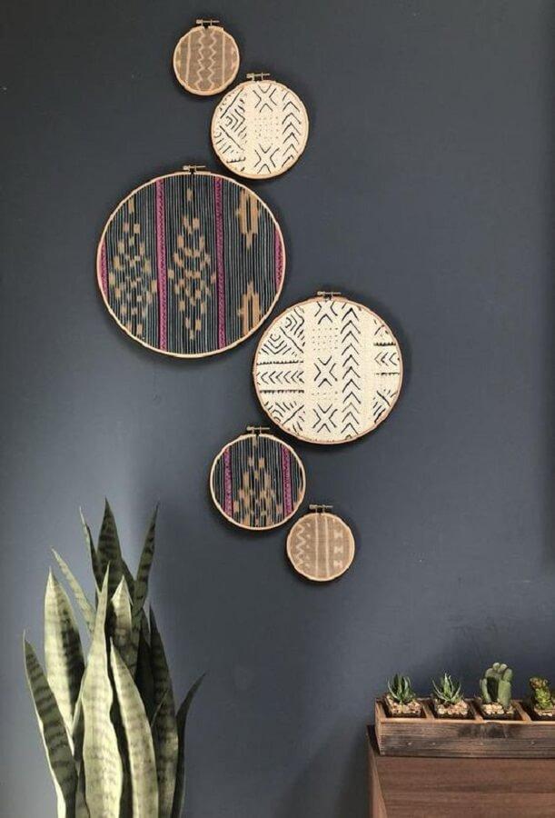 parede decorada com retalhos de tecidos