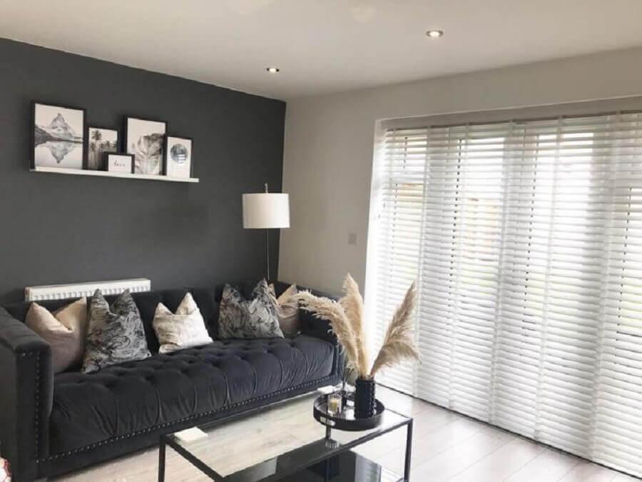 parede e sofá cinza chumbo para decoração de sala Foto Karly Hughes