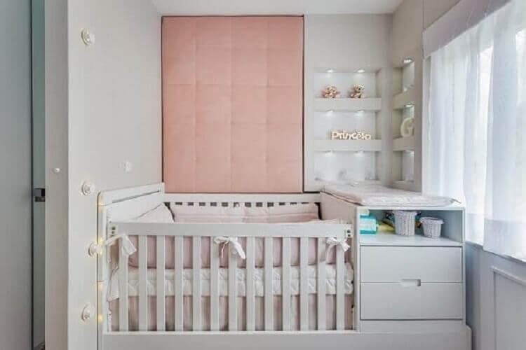 parede estofada cor de rosa e nichos embutidos para decoração de quarto de bebê planejado feminino Foto Pinterest