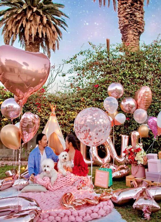 Piquenique com decoração romântica, cheia de balões e detalhes lindos