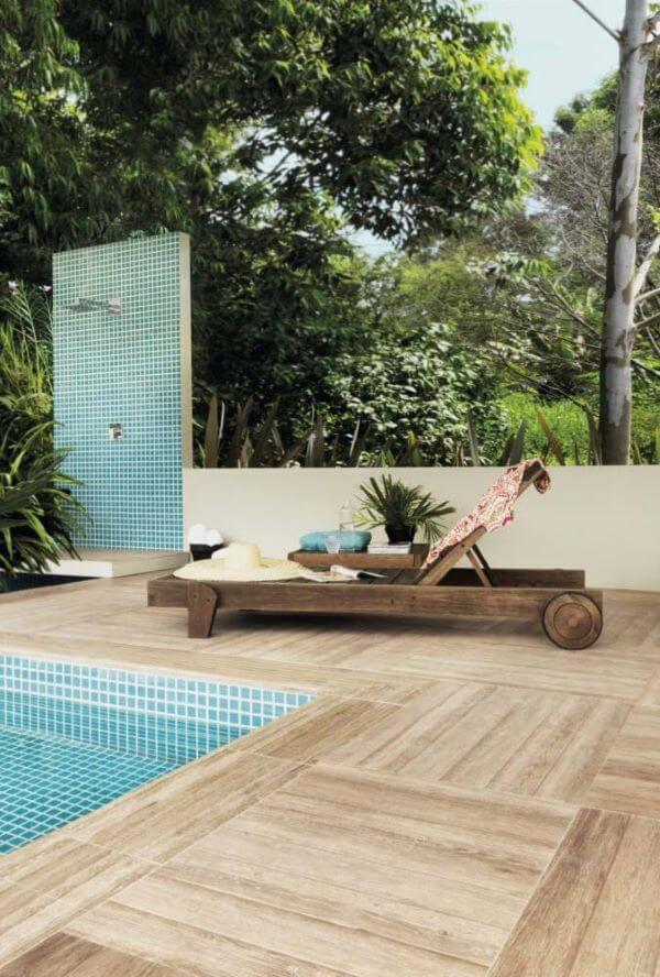 Área da piscina com porcelanato que imita madeira