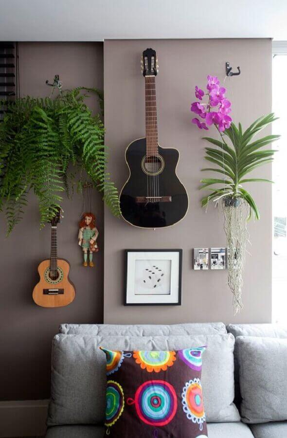 plantas pendentes para decoração moderna de sala cinza com violão na parede