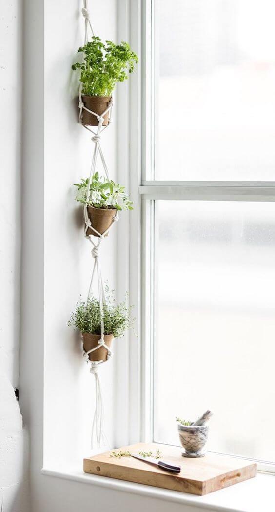 Janela com plantas pequenas em macrame