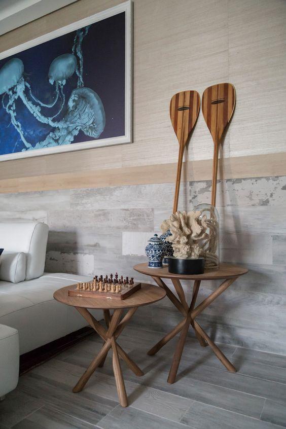 Porcelanato amadeirado cinza na sala de estar