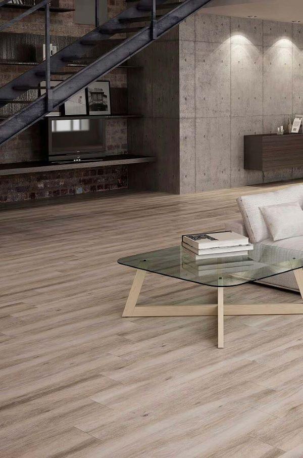 Sala de estar com porcelanato que imita madeira clara