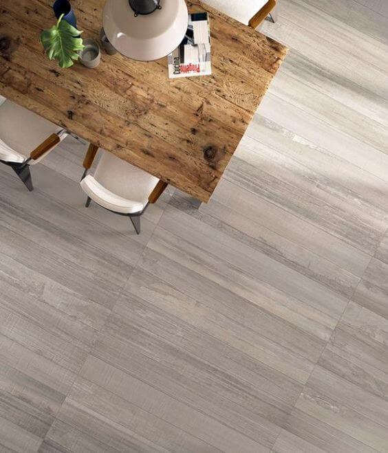 Sala de estar com porcelanato que imita madeira