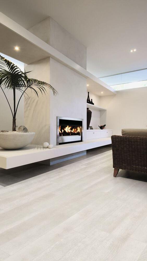 Porcelanato amadeirado claro na sala de estar moderna