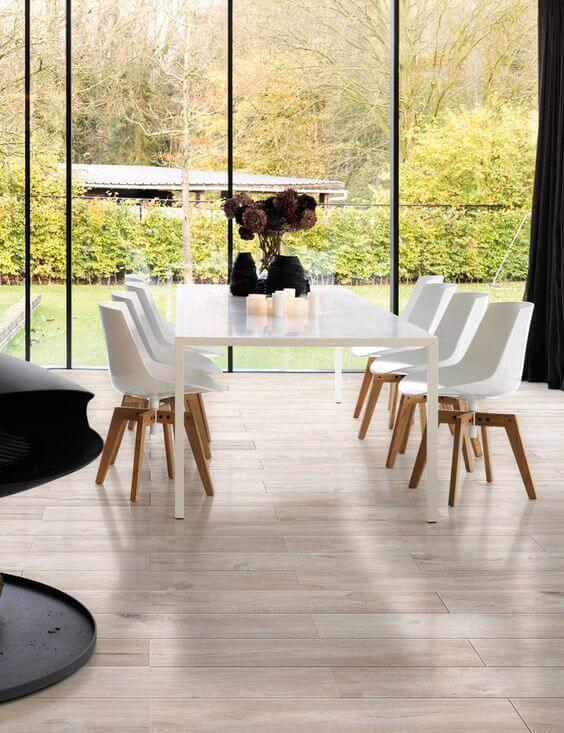 Casa com porcelanato que imita madeira, super prático