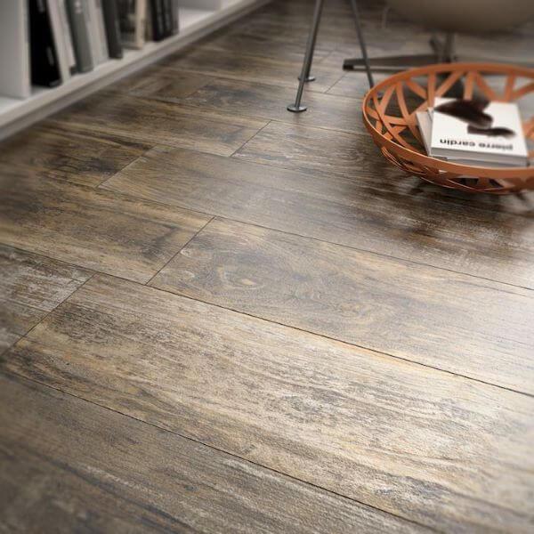 Porcelanato amadeirado escuro na casa moderna